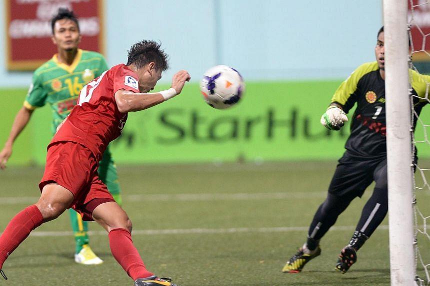Shahril Ishak beats Kedah goalkeeper Abdul Hadi to head in the LionsXII's first goal from Fazrul Nawaz's cross from the left flank.-- ST PHOTO: LIM SIN THAI