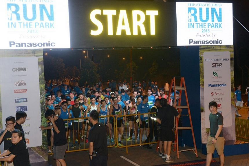 Runners competing for the 15 km run getting ready at 6.15am on Sunday, Aug 25, 2013. -- ST PHOTO: DESMOND WEE