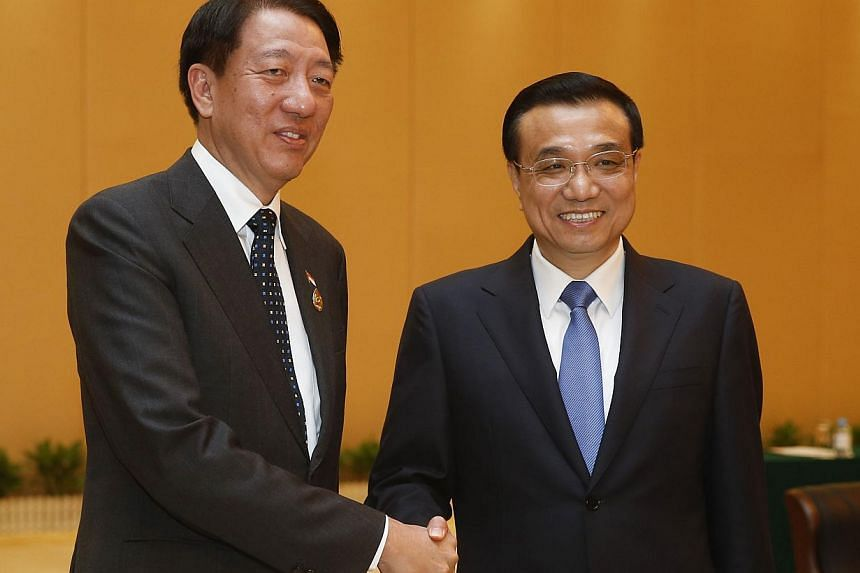 DPM Teo and Premier Li in Nanning, where they met for nearly 20 minutes yesterday on the sidelines of the China-Asean Expo. -- PHOTO: CNS