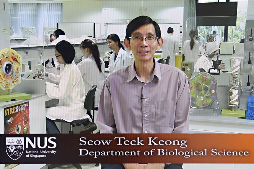 Senior lecturer Seow Teck Keong in a video for a course on introductory biology. NUS is trying to mix online learning and classroom teaching. -- ST PHOTO: NURIA LING