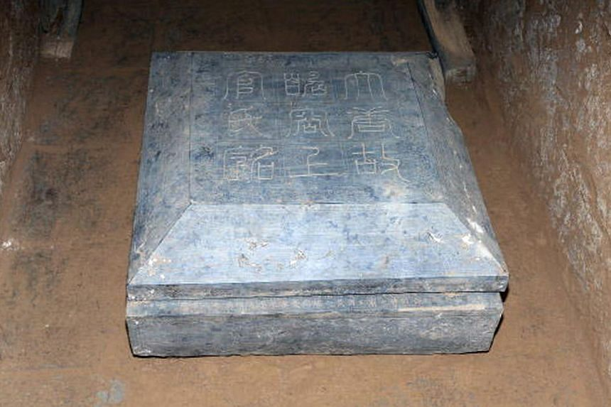 This undated picture released by the Shaanxi provincial cultural relics bureau shows a stone marker carved with an epitaph inside the newly discovered tomb of Shangguan Wan'er,a 7th-century female politician who was one of the most powerful wom