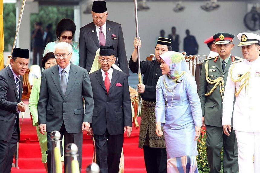 President Tan at the ceremonial welcome with (to his left) Yang di-Pertuan Agong Tuanku Abdul Halim Mu'adzam Shah and (behind them) Mrs Mary Tan and (partially hidden) Raja Permaisuri Agong Tuanku Hajah Haminah Haji Hamidun, and PM Najib Razak with h