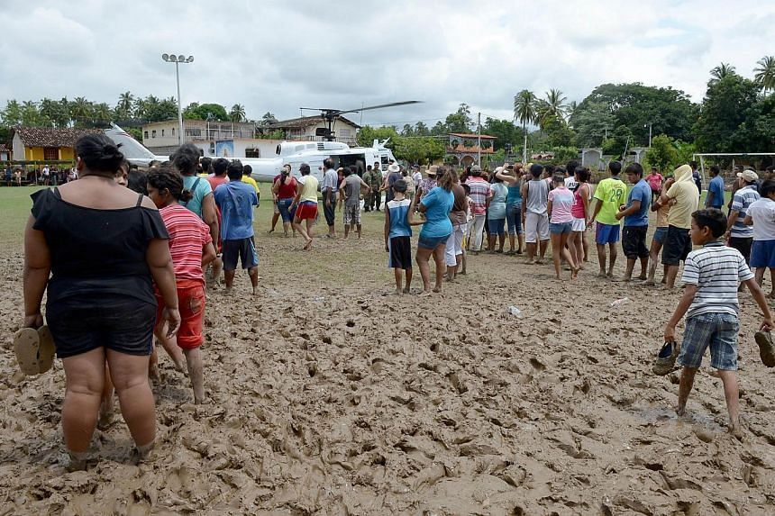 Residents of San Jeronimo, Guerrero state, Mexico line up to get food on Sept 20, 2013. At least 101 people have been killed in landslides and flooding caused by especially heavy rain in Mexico over the past week, Interior Minister Miguel Angel Osori
