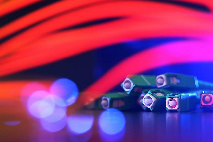 Six local broadband service providers and a coalition of Asia Pacific carriers have joined forces to oppose the proposed sale of Singapore's fibre broadband network builder OpenNet to a business trust owned by rival telco SingTel. -- BT PHOTO:Y