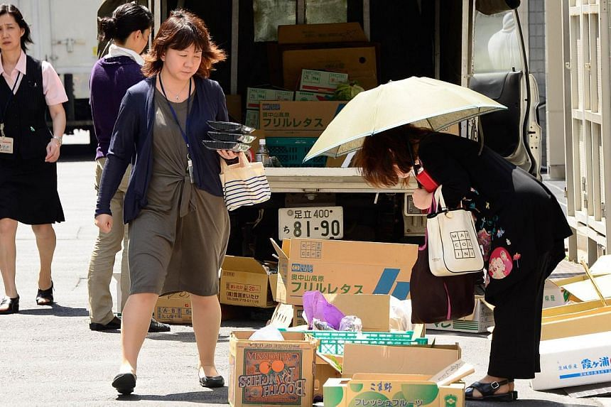 Women buy fruits and vegetables from a street vendor in Tokyo on Aug 30, 2013.One in three young Japanese women wants to get married and be a full-time housewife, a government survey has showed, despite growing calls for increased female partic