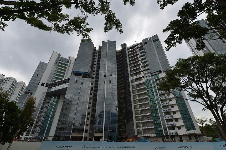 A construction worker died on Thursday, Sept 26, 2013, after falling from the 20th storey of the Silversea condominium project in Marine Parade. -- ST PHOTO: ALPHONSUS CHERN