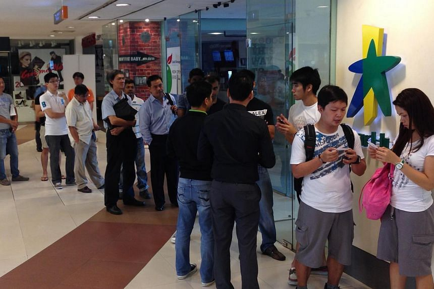 Customers waiting in line for the brand new Samsung Galaxy Note 3 smartphone and Galaxy Gear smartwatch being issued queue numbers. Hundreds braved the rain, and one person even started queuing from 4:30am this morning, just to get their ha