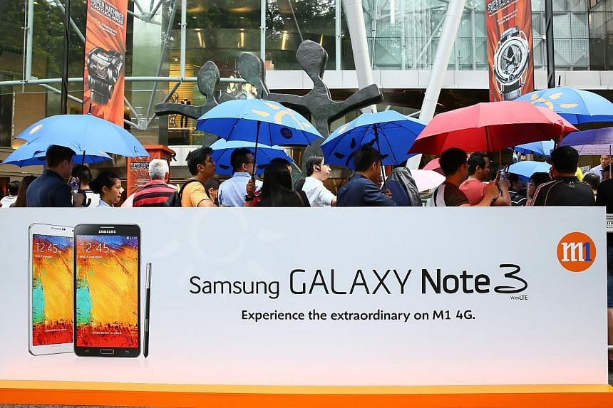 Hundreds braved the rain, and one person even started queuing from 4:30am this morning, just to get their hands on the brand new Samsung Galaxy Note 3 smartphone and Galaxy Gear smartwatch. -- PHOTO: M1