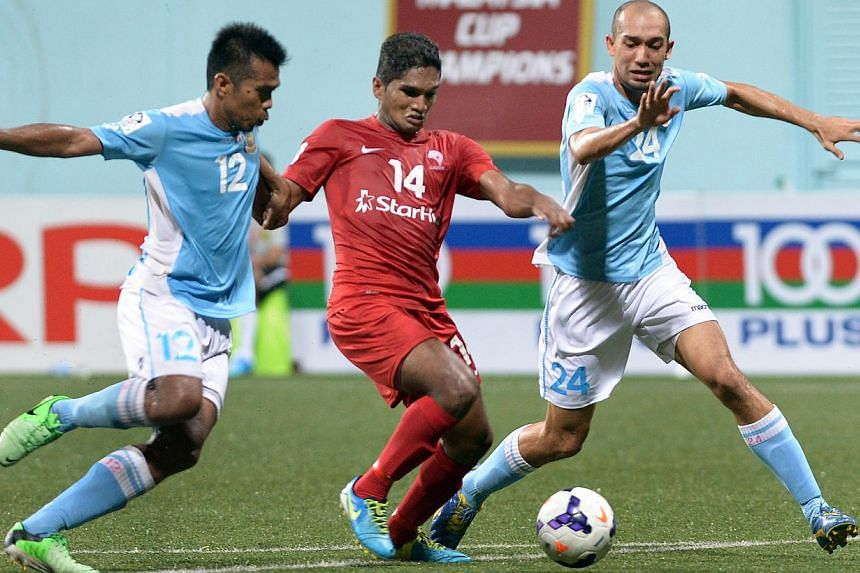 LionsXII's Hariss Harun (centre) is sandwiched between Malaysian club ATM's Shukor Adan (left) and Amiridzwan Taj during their Malaysia Cup quarter-final match at the Jalan Besar Stadium on Saturday, Sept 28, 2013. -- ST PHOTO: LIM SIN THAI