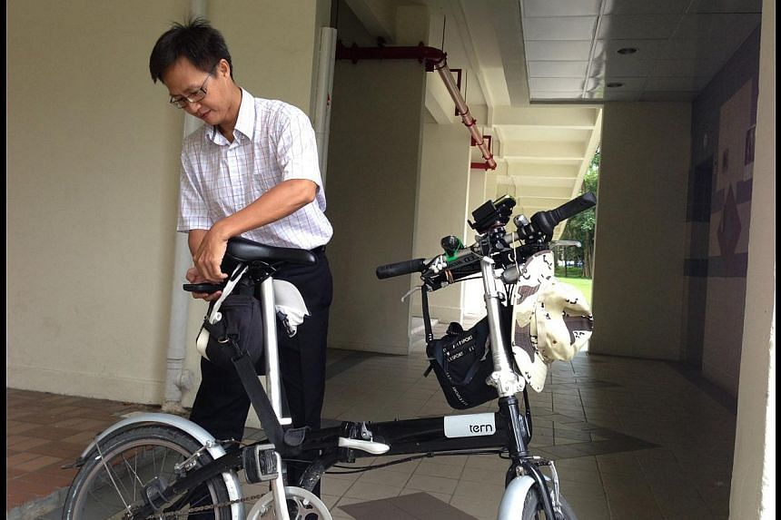 Mr Dennis Cheong, 44, started using an old smartphone to record his journeys about six months ago. He places it on a pouch at the back of his bicycle and plans to put another handset on the front. -- ST PHOTO: ROYSTON SIM