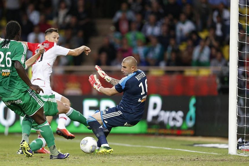 Monaco's Argentinian midfielder Lucas Ocampos (C) shoots and scores during the French L1 football match Monaco (ASM) vs Saint Etienne (ASSE) on October 5, 2013 at the Louis II Stadium in Monaco. Monaco went three points clear at the top of Ligue 1 on