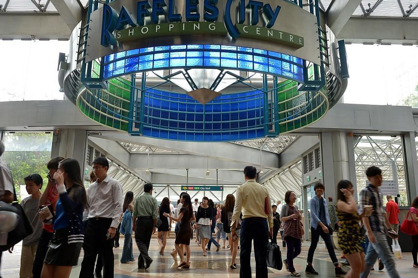 The lunch time crowd at Raffles City on May 30, 2013.The tap water at Raffles City eateries is safe to drink, said water agency PUB on Monday, after outlets on Sunday noticed their tap water was yellowish and smelled odd.-- ST FILE PHOTO: