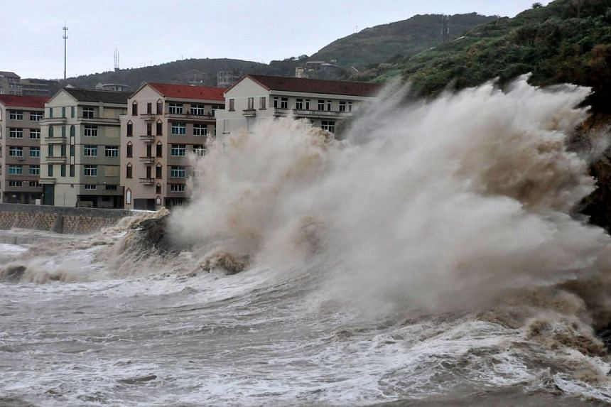 Huge waves hit the dike as Typhoon Fitow moves to make its landfall in Wenling, east China's Zhejiang province on Oct 6, 2013. -- PHOTO: AFP