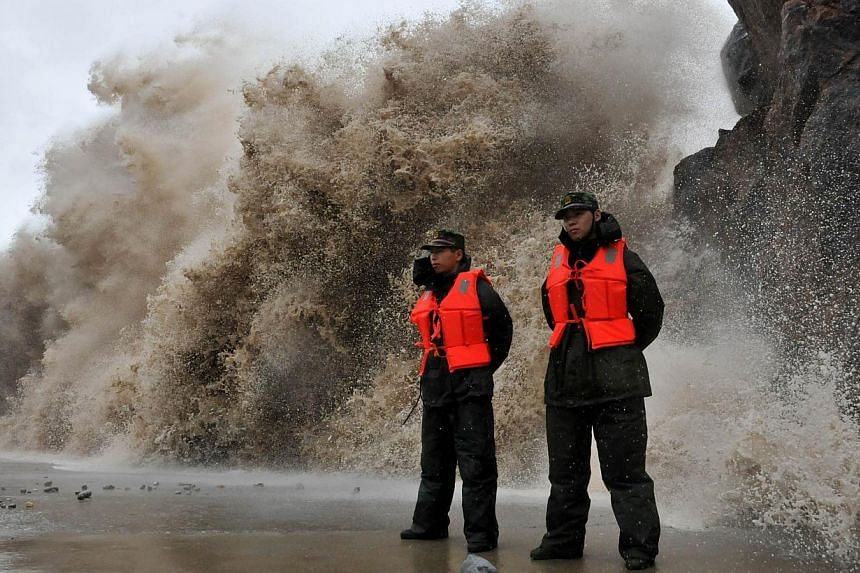 A huge wave hits the dike as Typhoon Fitow moves to make its landfall in Wenling, east China's Zhejiang province on Oct 6, 2013. -- PHOTO: AFP