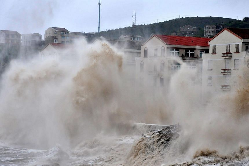 Huge wave hits the dike as Typhoon Fitow moves to make its landfall in Wenling, east China's Zhejiang province on Oct 6, 2013. -- PHOTO: AFP