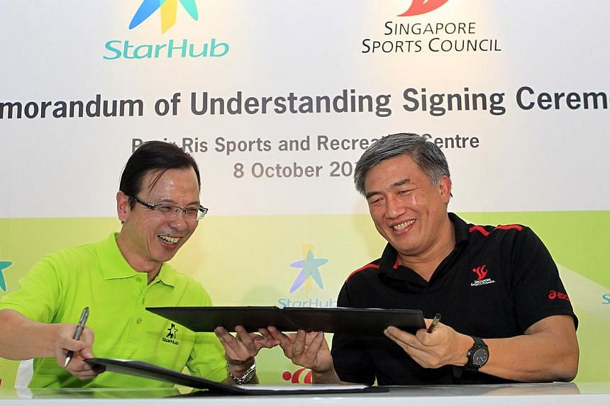 StarHub CEO Tan Tong Hai (left) and Singapore Sports Council (SSC) CEO Lim Teck Yin sign a Memorandum of Understanding (MOU) at a ceremony at Pasir Ris Sports and Recreation Centre on Tuesday, Oct 8, 2013.StarHub and the SSC signed a MOU on Tue