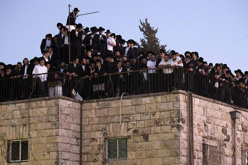 Ultra-Orthodox Jewish mourners attend the funeral of Rabbi Ovadia Yosef, the spiritual leader of the ultra-religious Shas political party, in Jerusalem on Oct 7, 2013. Rabbi Yosef died on the same day at the age of 93. -- PHOTO: AFP