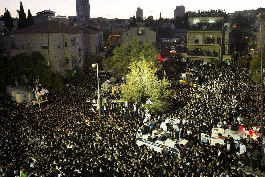 A general view shows crowds of ultra-Orthodox Jewish men attending the funeral of Rabbi Ovadia Yosef, the spiritual leader of the ultra-religious Shas political party, in Jerusalem, on Oct 7, 2013. Rabbi Yosef died on Monday at the age of 93. -- PHOT