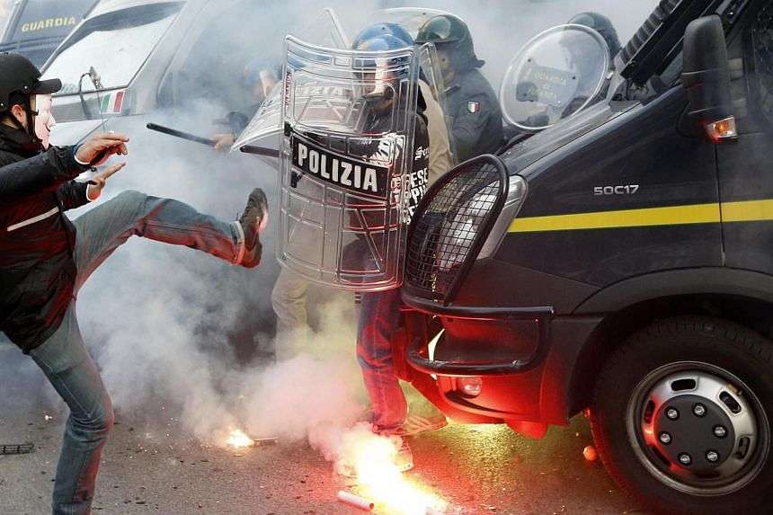 A protester clashes with a Guardia di Finanza policeman in front of the Ministry of Finance building in downtown Rome, Oct 19, 2013. -- PHOTO: REUTERS