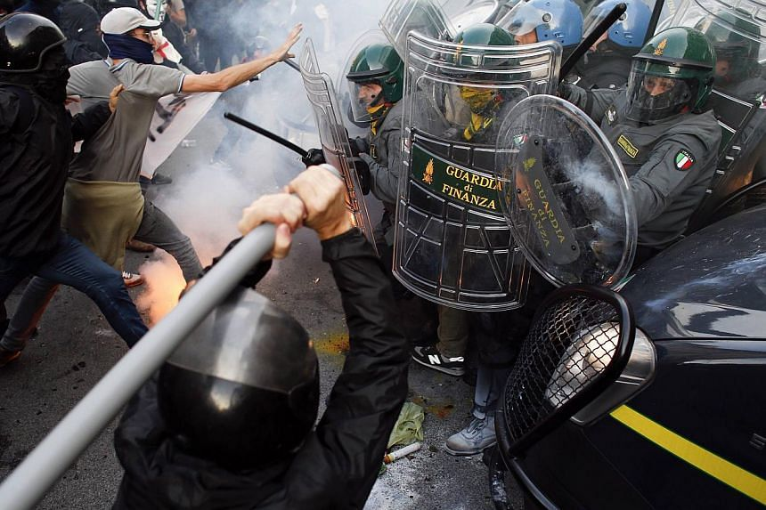 Protesters clash with Guardia di Finanza during a protest in front of the Ministry of Finance building in downtown Rome, Oct 19, 2013. -- PHOTO: REUTERS