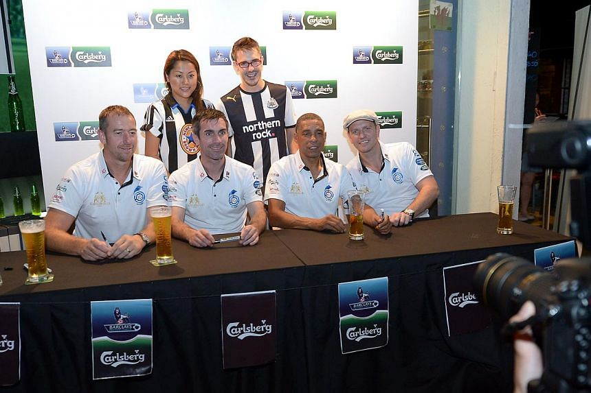 Fans pose for photos with the English Premier League legends, (from left) Paul Jones, Keith Gillespie, Des Walker and Lee Sharpe in Singapore. -- ST PHOTO: NG SOR LUAN