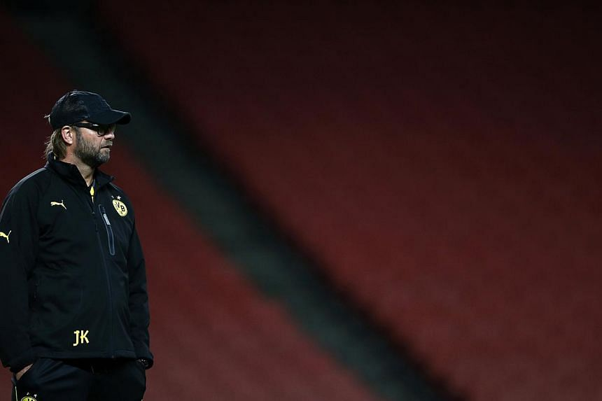 Borussia Dortmund's manager Jurgen Klopp watches his players warm up during a training session at Arsenal's Emirates Stadium in London, Oct 21, 2013. -- PHOTO: REUTERS