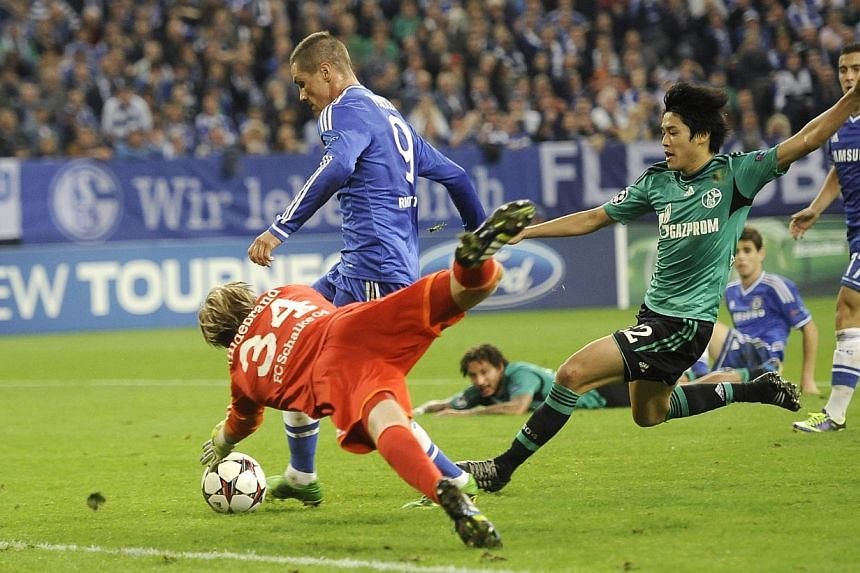 Chelsea's Fernando Torres runs with the ball during the Champions League group E soccer match between FC Schalke 04 and Chelsea FC in Gelsenkirchen, Germany, Tuesday, Oct 22, 2013. Arsenal manager Arsene Wenger and Chelsea striker Fernando Torres enj