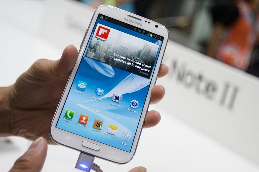 A man demonstrates the new Samsung Galaxy Note II smart phone during a media preview at the Samsung stand at the IFA consumer electric fair in Berlin on Aug 30, 2012.Specialty glass maker Corning Inc said it would buy out Samsung's stake in the