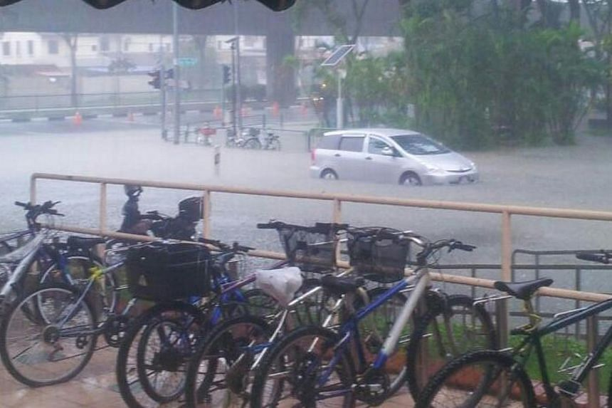 Flash floods occurred at the road junction between Chai Chee Road and New Upper Changi Road on Wednesday afternoon due to heavy rain.-- PHOTO: ZHEN WEN YONG