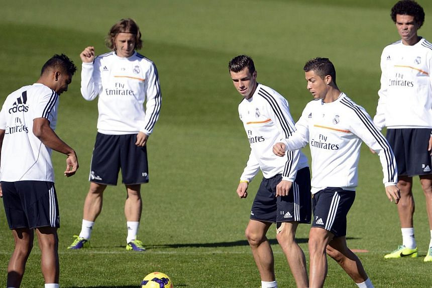(Left to right) Real Madrid's French defender Raphael Varane, Real Madrid's Croatian midfielder Luka Modric, Real Madrid's Welsh forward Gareth Bale, Real Madrid's Portuguese forward Cristiano Ronaldo and Real Madrid's Portuguese defender Pepe take p