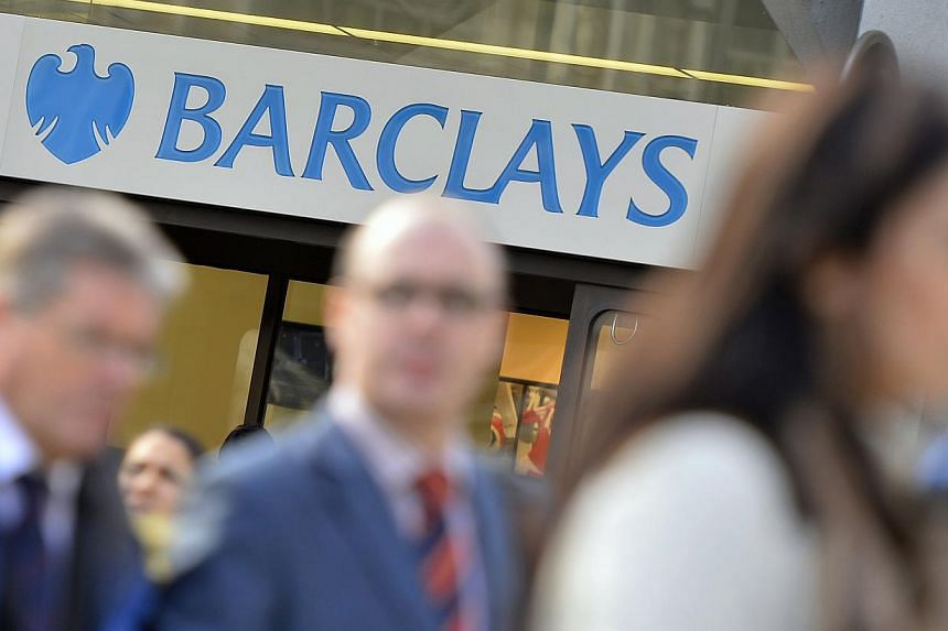 People walk past a branch of Barclays bank in London, Oct 30, 2013. Barclays has suspended six traders while it investigates the possible manipulation of foreign exchange markets, a source said on Friday. -- FILE PHOTO: REUTERS