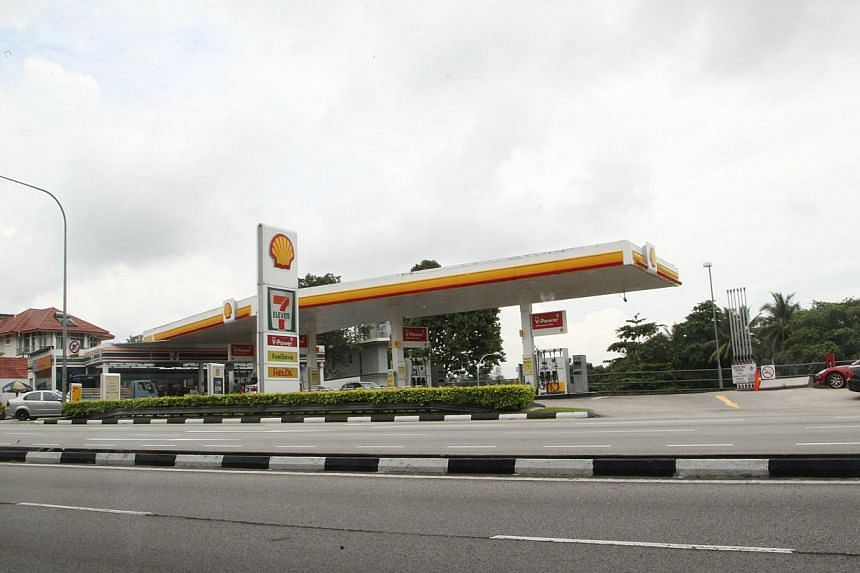 The Seletar Hill Shell petrol station in Yio Chu Kang Road. Some drivers found their cars bogged down with engine problems after using tainted petrol from Shell's Seletar Hills petrol station. -- WANBAO PHOTO: YOW CHING LEE