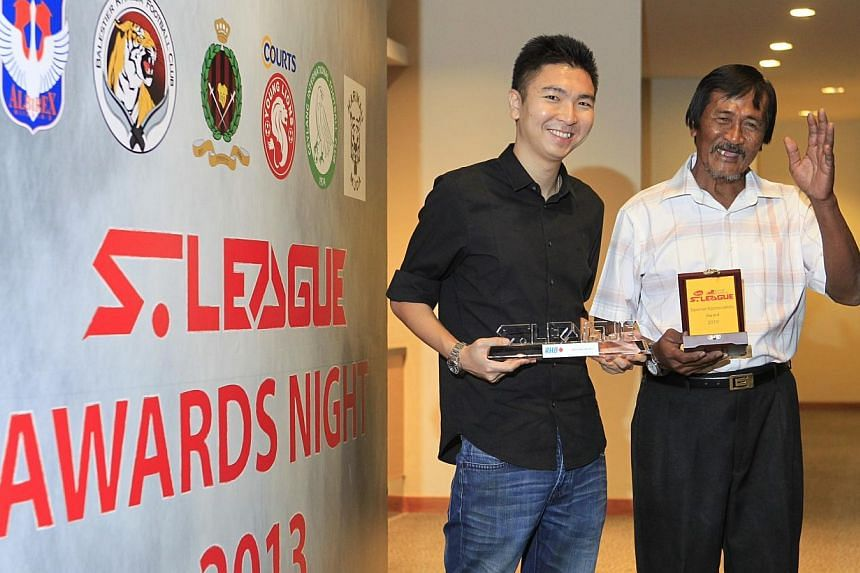 The Straits Times' Fabius Chen (left) won the Story of the Year award for his story on the dedication shown by Hougang United groundsman Lambri Moondari (right), who won the S-League Special Award.  -- ST PHOTO: KEVIN LIM