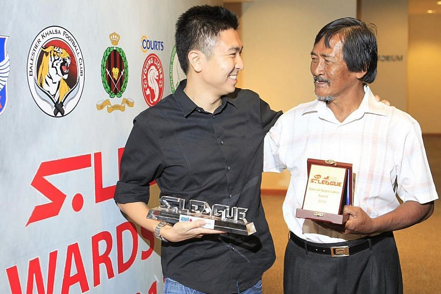 Straits Times journalist Fabius Chen (far left) won the RHB Story of the Year award atthe S-League awards last night for his story on Mr Lambri Moondari (left), who in turn won a Special Award from the league.