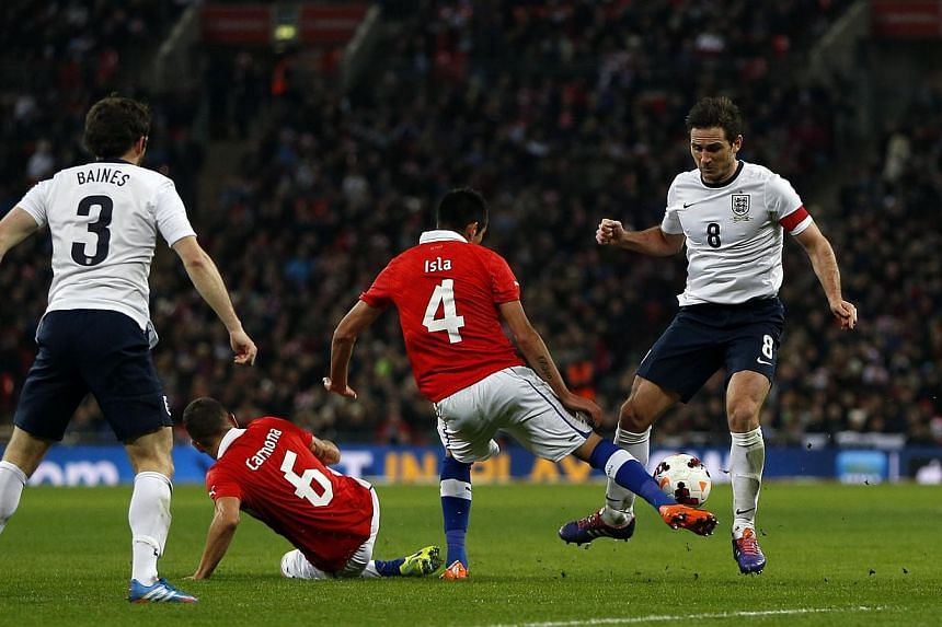 England's midfielder Frank Lampard (centre right) vies for the ball against Chile's midfielder Mauricio Isla (centre, left) during the international friendly football match between England and Chile at Wembley in north London on Nov 15, 2013. -