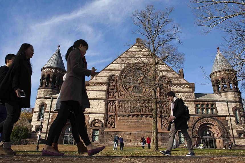 People walk around the Princeton University campus in New Jersey, on Nov 16, 2013. Princeton University is trying to contain an outbreak of bacterial meningitis that has sickened several students, school and health officials said on Saturday. -- PHOT