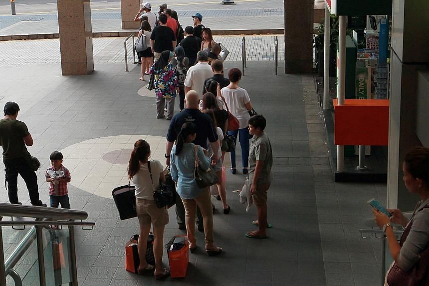 Queue situation at Far East Plaza taxi stand at 5:49pm on Oct 25, 2013. The $3 city surcharge, or lack of, seems to be one reason why commuters on the fringes of Orchard Road have to wait a long time for cabs.-- ST FILE PHOTO: NEO XIAOBIN