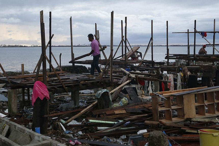 Typhoon survivors build makeshift shelters on the ruins of their neighbourhood which was devastated by super Typhoon Haiyan more than a week ago, in Tacloban city in central Philippines Nov 20, 2013.China is sending a state-of-the-art hospital