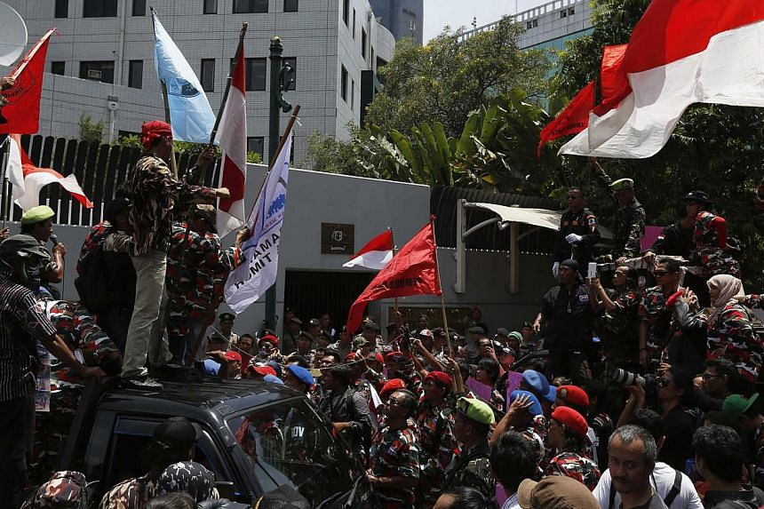 Protesters shout slogans during a demonstration in front of the Australian embassy in Jakarta, Nov 21, 2013. -- PHOTO: REUTERS