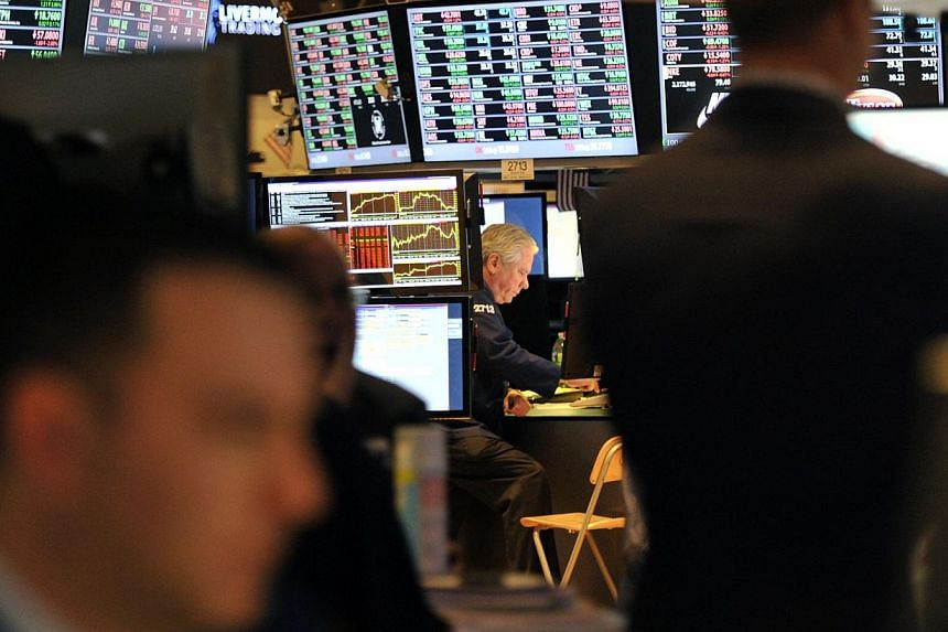 "Traders work on the floor of the New York Stock Exchange at the closing bell on Nov 18, 2013. US stocks fell on Wednesday after minutes from the last Federal Reserve policy meeting said the central bank could scale back its stimulus program ""in comin"