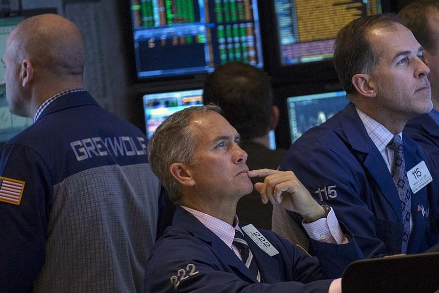 Traders work on the floor of the New York Stock Exchange (NYSE) on Nov 21, 2013.The Dow industrials closed above 16,000 for the first time on Thursday as stocks rebounded from three days of weakness, after economic data pointed to a slowly impr