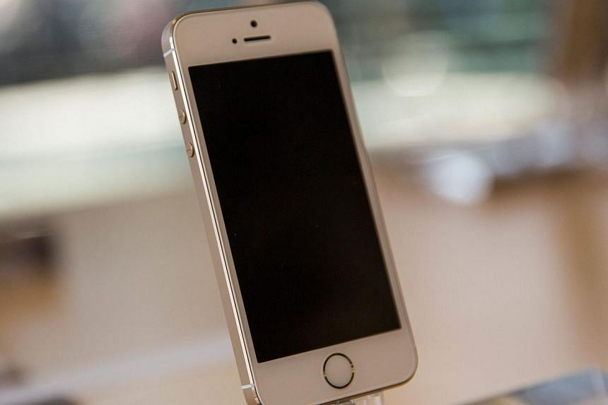 An iPhone 5S is displayed at an Apple store on Sept 20, 2013, in New York City.A Chinese thief painstakingly wrote out 11 pages of telephone numbers from a stolen iPhone and sent them to the owner, state media said on Monday, Nov 25, 2013. -- F