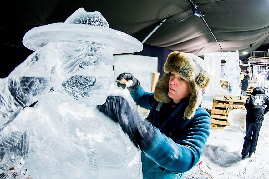 An artist makes an ice sculpture on the theme 200 Years Kingdom Of The Netherlands in Zwolle, the Netherlands on Nov 29, 2013. -- PHOTO: AFP