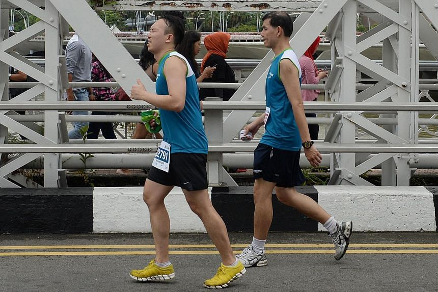 Runners on Anderson Bridge during the Standard Chartered Marathon 2013 on Sunday, Dec 1, 2013. -- ST PHOTO: RAJ NADARAJAN