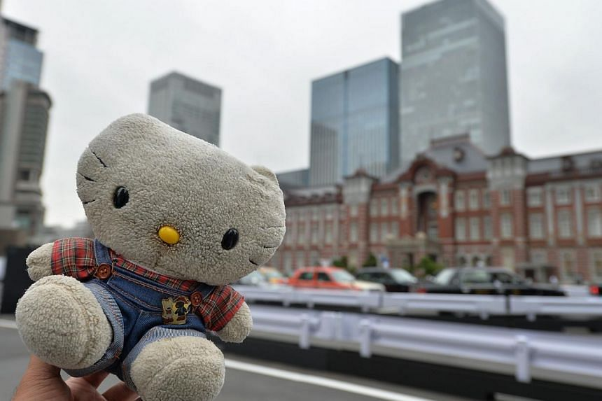 Tour operator Sonoe Azuma holds a stuffed toy during a visit to a station in Tokyo, Oct 4, 2013. A Japanese travel agency is offering package tours for stuffed animals. -- FILE PHOTO: AFP