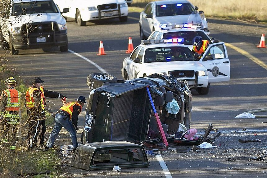 Crews respond to an accident in Vancouver, Washington,Dec 4, 2013. An American woman tweeted about a horrific car crash in real time - only to find out her husband was killed in the accident, police said on Thursday. -- PHOTO: AP