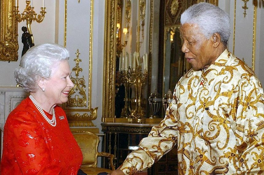 Britain's Queen Elizabeth II (left) shakes hands with former South African President Nelson Mandela during a reception at Buckingham Palace in London, Oct 20, 2003. South Africa's president Jacob Zuma says, Thursday, Dec 5, 2013, that Mr Mandela has