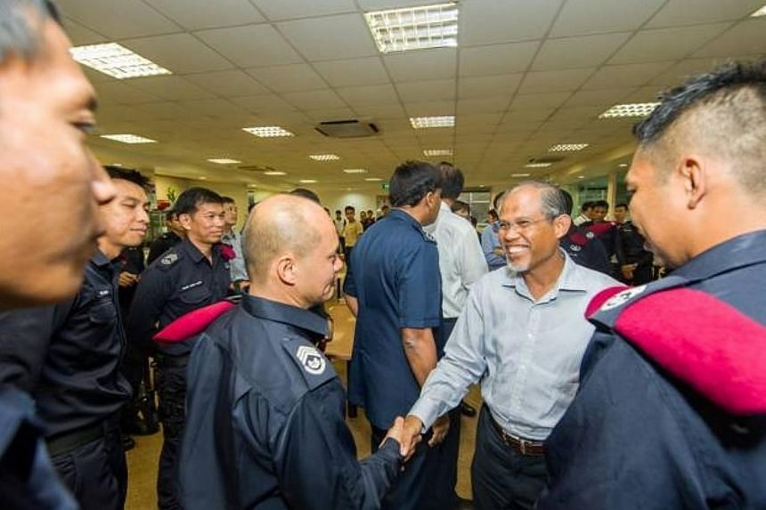 DPM Teo Chee Hean and SMS Masagos Zulkifli (second right) had lunch this afternoon with the Special Operations Command troopers who restored order in Little India on Sunday night. He expressed his appreciation to all the Home Team officers for their