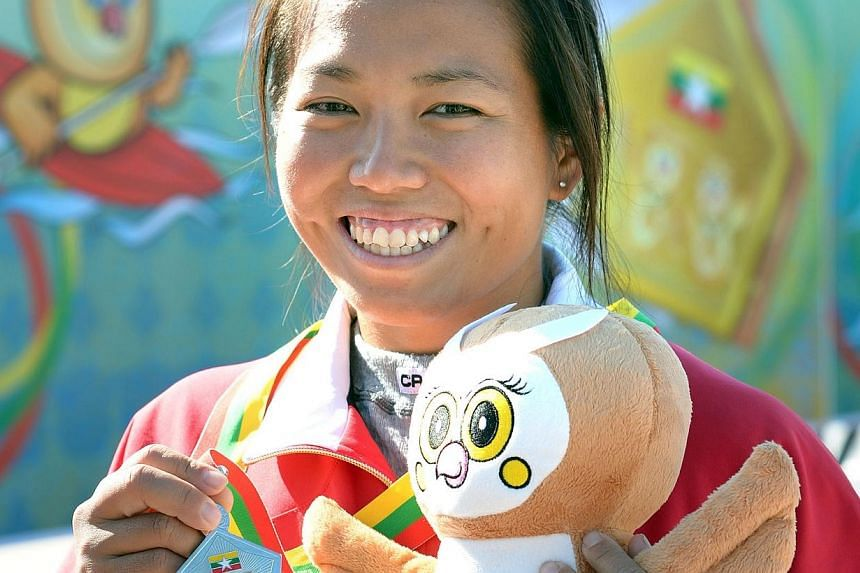 Geraldine Lee won silver in the women's K1 500m event at the Ngalike Dam, Naypyitaw, Myanmar on Thursday, Dec 12, 2013. -- ST PHOTO: LIM SIN THAI