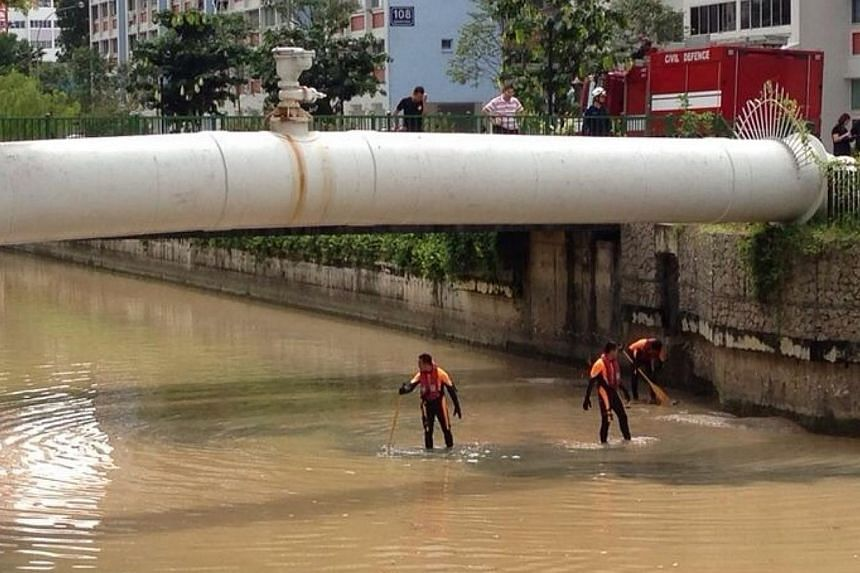The body of a woman was found in Whampoa River near McNair Road on Dec 12, 2013. Singapore Civil Defence Force divers were spotted conducting a search in the canal at low tide later in the morning of Dec 12, 2013. -- ST PHOTO: LEE JIAN XUAN